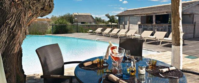 piscine et terrasse h tel restaurant les arnelles h tel les saintes maries de la mer camargue. Black Bedroom Furniture Sets. Home Design Ideas